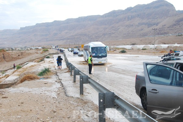 Наводнение в пустыне, дорога вдоль Мертвого моря, Израиль