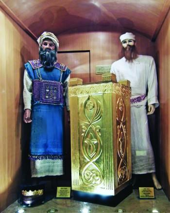 Первосвященник и левит у малого жертвенника